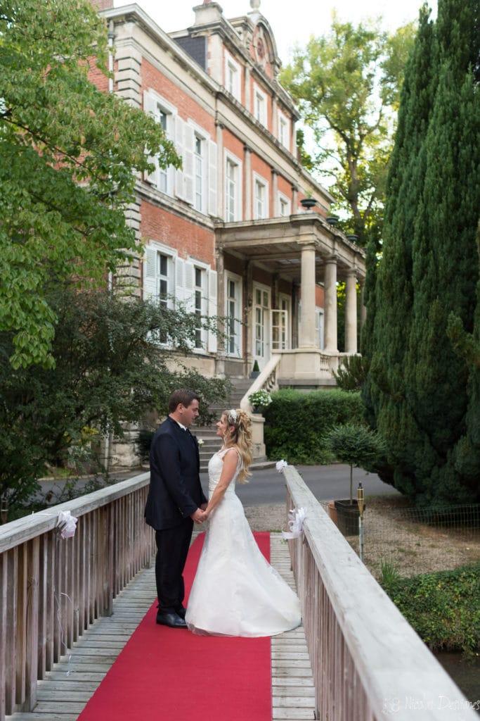 couple pont tapis rouge mariage