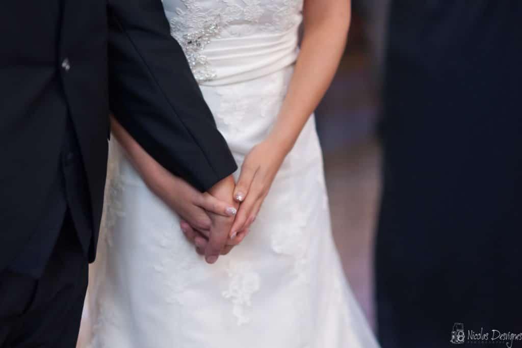 Emotion mains tenues cérémonie mariage église Houchain
