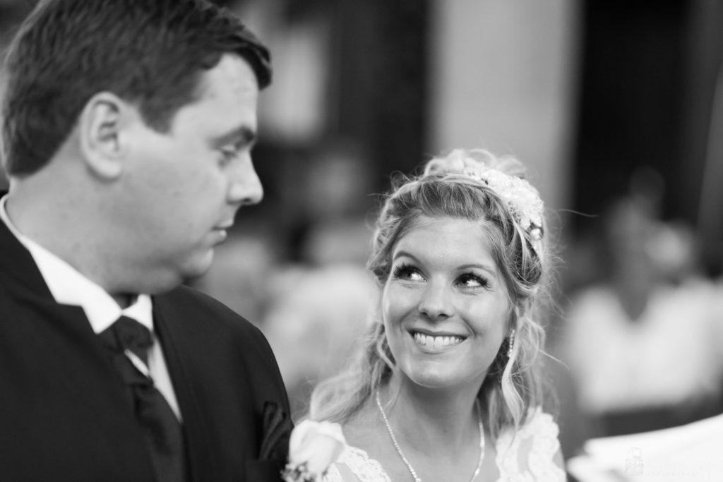 moment complice émotion mariage église
